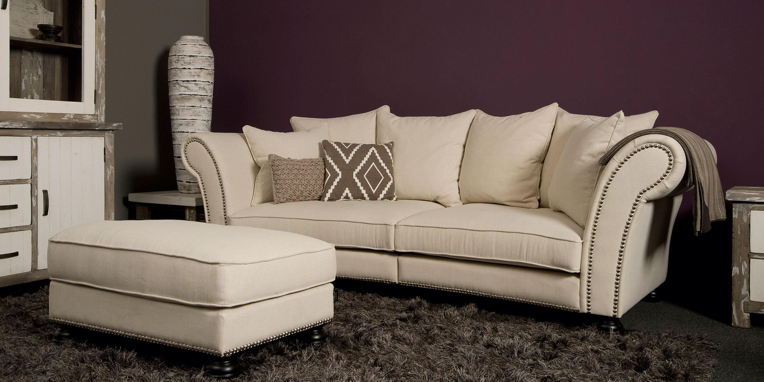 UrbanSofa-Arvin-Vintage-3-zits-XLR-sofa-met-nagels-en-hocker